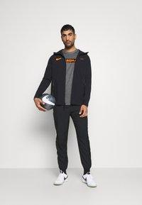 Nike Performance - AS ROM DRY TEE GROUND - T-shirt imprimé - charcoal heathr - 1