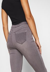 Missguided Petite - VICE HIGHWAISTED WITHZIP FLY - Jeans Skinny Fit - grey - 4