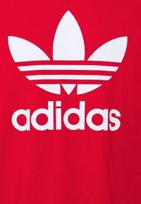 adidas Originals - BLOCKED TREF UNISEX - T-shirt imprimé - scarlet/crew blue - 6