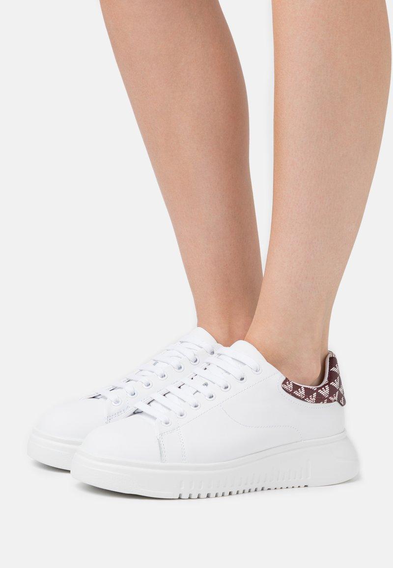 Emporio Armani - Zapatillas - white/vinaccia