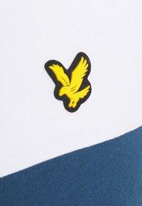 Lyle & Scott - VENTURE COLOUR BLOCKTEE - T-shirt med print - aegean blue - 4