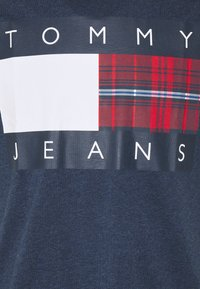 Tommy Jeans - PLAID CENTRE FLAG UNISEX - Print T-shirt - twilight navy - 2
