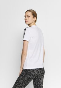 adidas Performance - T-shirt med print - white/black - 2