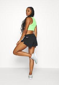 Nike Performance - TEMPO SHORT - Pantalón corto de deporte - black/black/black/white - 2