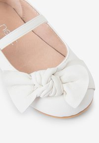 Next - WHITE LEATHER BOW BALLET SHOES (YOUNGER) - Baleriny z zapięciem - white - 3