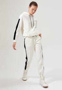 DeFacto - Pantalones deportivos - white - 3