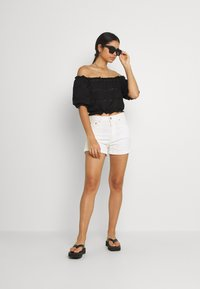 Pieces - PCTAYLEE CROPPED - T-shirt con stampa - black - 4
