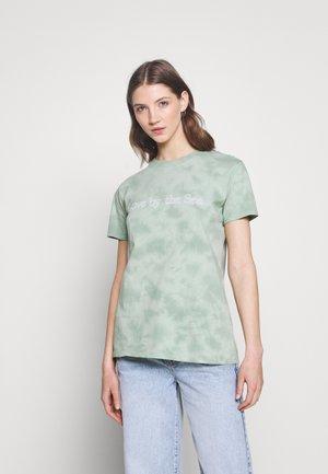 CLASSIC TEE - Print T-shirt - lush green