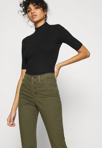 Levi's® - 724 HR STR CROP UTILITY - Pantalones - olive night - 3