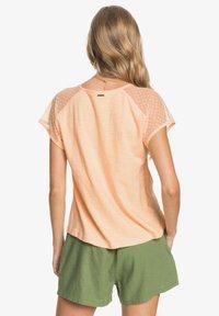 Roxy - CRYSTAL WATER - Print T-shirt - apricot ice - 2