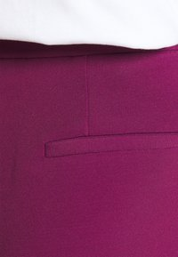 Victoria Victoria Beckham - CROPPED FLARED TROUSER - Trousers - raspberry jam - 5