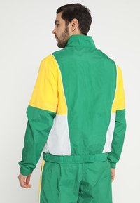 Nike Performance - NBA BOSTON CELTICS COURTSIDE TRACKSUIT - Pelipaita - clover/amarillo/white - 2