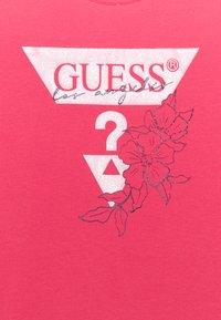 Guess - JUNIOR - Print T-shirt - rouge pink - 2