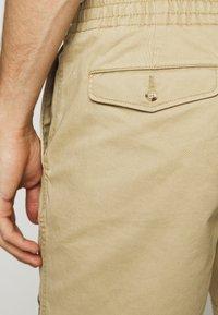 Polo Ralph Lauren - CFPREPSTERS FLAT - Shorts - luxury tan - 6