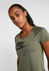 Nike Performance - AIR - T-shirt z nadrukiem - medium olive/black - 3