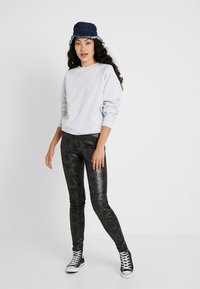 Vero Moda Tall - VMDESTROY SNAKE LEG - Leggings - black - 1