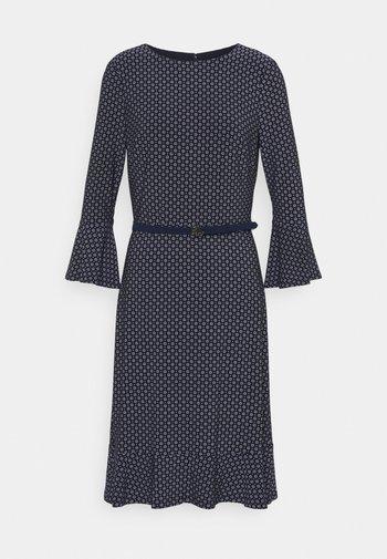 PRINTED DRESS - Žerzejové šaty - navy/colonial