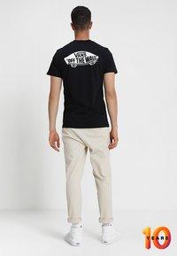 Vans - MN OTW CLASSIC - Print T-shirt - black white - 2