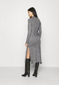 Who What Wear - TIE WAIST DRESS - Pletené šaty - black marl - 2
