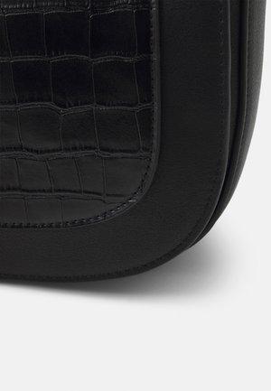 VMMAJSA CROSS OVER BAG - Taška spříčným popruhem - black