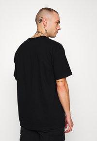 Mennace - GLITCH - T-shirt con stampa - black - 2