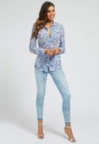 Guess - CLOUIS  - Button-down blouse - mehrfarbig, grundton blau - 1