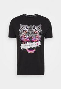 SAVAGE TEE - Print T-shirt - black