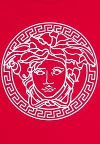 Versace - MAGLIETTA MANICA CORTA UNISEX - Print T-shirt - rosso - 2