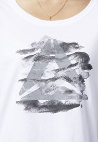 Reebok - GRAPHIC SERIES CAMO EASY TEE - Print T-shirt - white - 3