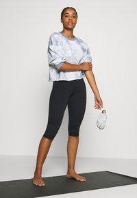 Sweaty Betty - CONTOUR CAPRI WORKOUT LEGGINGS - Pantalón 3/4 de deporte - black - 1