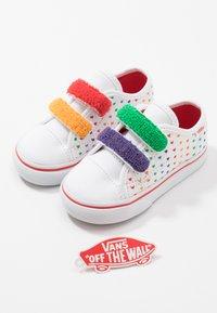 Vans - STYLE  - Matalavartiset tennarit - rainbow/true white - 6