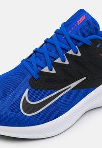 Nike Performance - QUEST 3 - Zapatillas de running neutras - racer blue/light smoke grey/black/chile red/white - 5