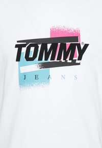 Tommy Jeans - FADED GRAPHIC TEE UNISEX - Print T-shirt - white - 5