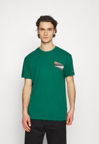 Tommy Jeans - BACK GRAPHIC TEE UNISEX - Print T-shirt - rural green - 2