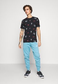 Nike Sportswear - CORE AOP TEE - T-shirt med print - black - 1