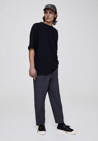 PULL&BEAR - Basic T-shirt - black - 1