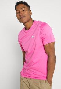 Nike Sportswear - CLUB TEE - T-shirt - bas - pinksicle/white - 3