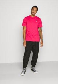 adidas Originals - ESSENTIAL TEE UNISEX - Basic T-shirt - powpnk - 1
