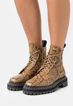 COMBAT LACE UP BOOT - Kotníkové boty na platformě - natural