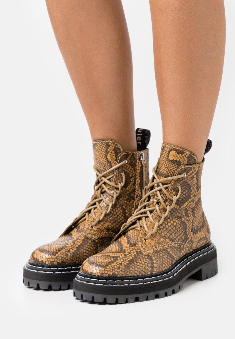 Proenza Schouler - COMBAT LACE UP BOOT - Kotníkové boty na platformě - natural