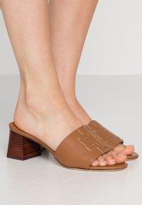 Tory Burch - INES SLIDE - Pantofle na podpatku - tan/spark gold - 0