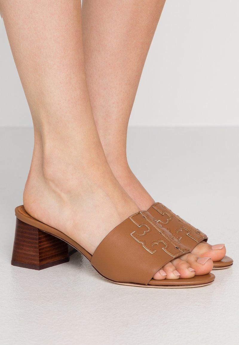Tory Burch - INES SLIDE - Pantofle na podpatku - tan/spark gold