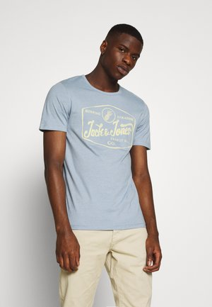 JORNAMEN TEE CREW NECK - Print T-shirt - ashley blue