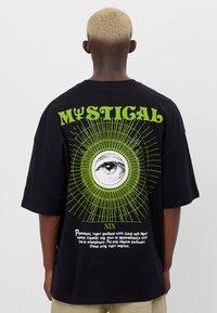 Bershka - MIT ESOTERISCHEM PRINT - Print T-shirt - black - 2