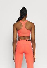 Nike Performance - BRA - Reggiseno sportivo con sostegno medio - magic ember/sequoia/aluminum - 2