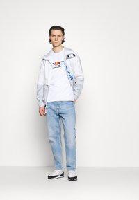 Ellesse - MONTELL - T-shirt z nadrukiem - white - 1