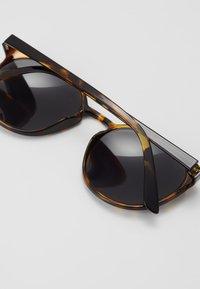 Le Specs - SWIZZLE - Sunglasses - smoke - 2