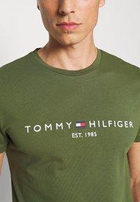 Tommy Hilfiger - LOGO TEE - Printtipaita - putting green - 4