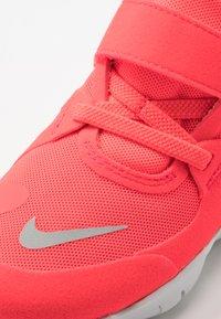 Nike Performance - FREE RN 5.0 - Laufschuh Natural running - laser crimson/light smoke grey/smoke grey/photon dust - 2