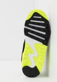 Nike Sportswear - AIR MAX 90 - Sneakersy niskie - white/particle grey/light smoke grey/volt - 5